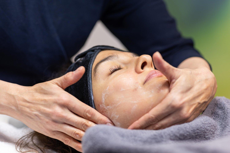 Kosmetologi tekee happokuorintaa asiakkaan kasvoille